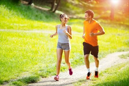 男女でジョギングを楽しんでいる様子